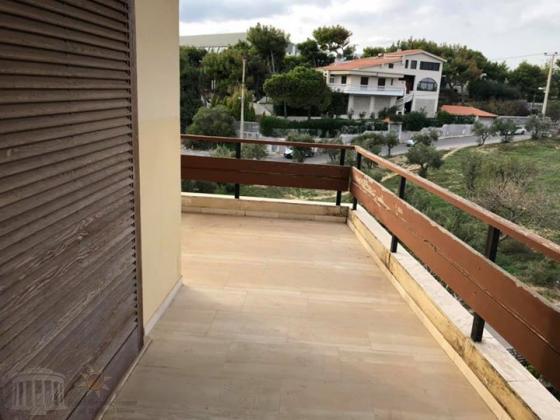 Γωνιακο διαμερισμα τελευταίου (γ´ οροφου) 50 τμ πλησίον Παραλίας Ραφηνας.