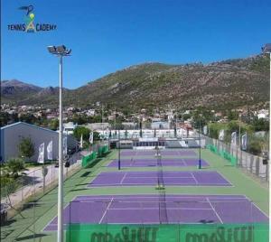 Ενοικιάζεται έκταση τένις 3.500τμ με 4 γήπεδα αποδυτήρια