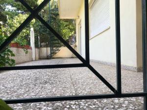 Μονοκατοικια 70τμ,1υδ,μεγαλο σαλονι,κηπος 350τμ στη Ραφην