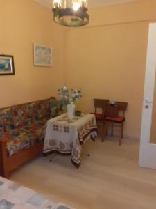 Πωλειται γκαρσονιερα 24τμ,1ος οροφος στην Αρτεμιδα διπλ